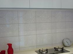 你知道吗牙膏能够轻松的清理掉厨房墙砖油污